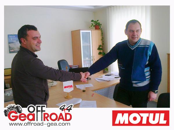 Атанас Георгиев от ГЕА ОФРОУД 4х4 и Даниел Дяков от MOTUL, подписват договор за сътрудничество