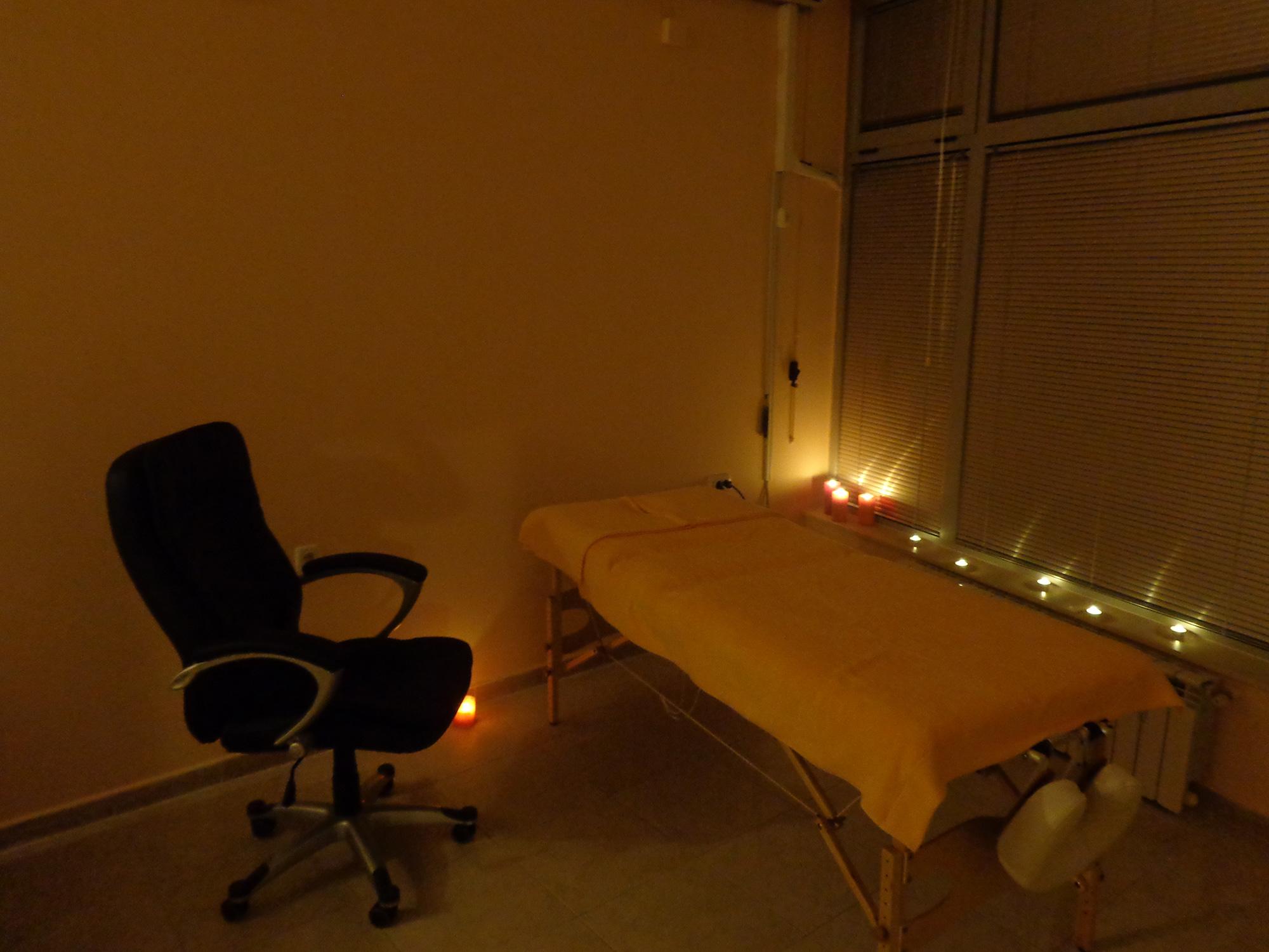 Търсим масажистка за работа в студио.